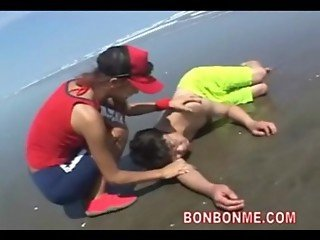 beauty beach lifeguard do a blowjob and handjob