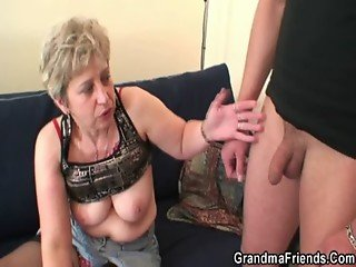 She warms up her old cunt before two cocks