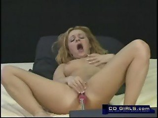 Amateur girl rubs her clit while the machine pounds her pussy