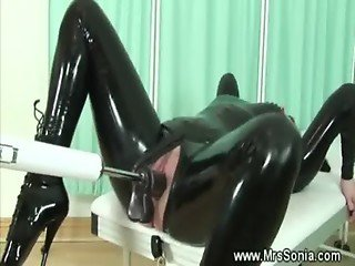 Milf in latex gets poked by dildo machine