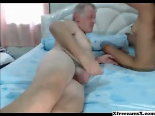 Old guy gets a nice blojob from thai chick