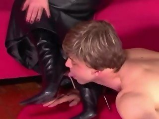 Dom mistress commands sub to worship her
