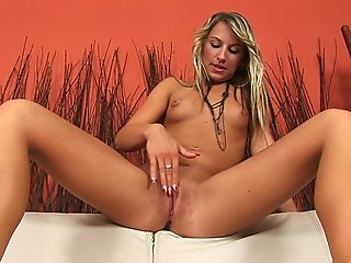 Dazzling Lexxis gives her twat a workout