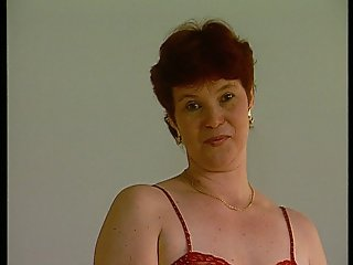 Mature German lady shows off (CLIP)