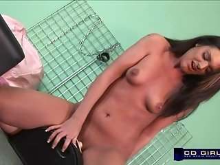 Amateur Alyssa grinds the sybian to orgasm