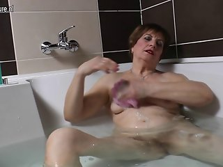 Amateur grandma masturbating in the bath