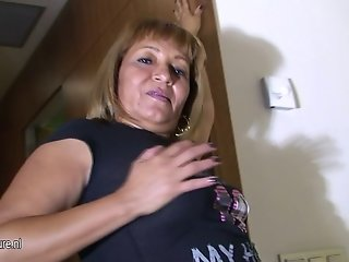 Real amateur mature mom loves to jerk off