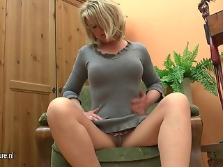 Fat mature mama play with her dildo