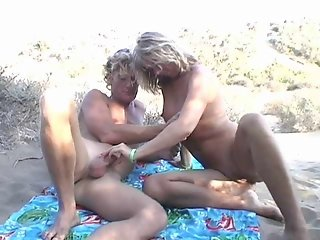 Real Nice Amateur Couple #rec fucks on beach for Voyeurs