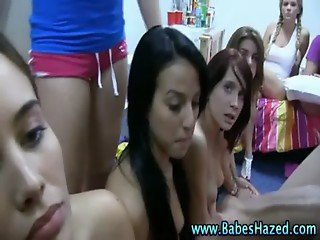 Amateur college babes give guy a blowjob in reality sexparty