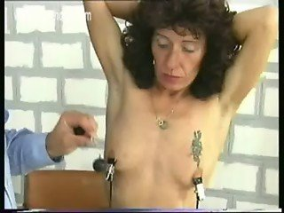 Older slave doing jail time got large metal clamps on her nice tits with heavy weight on it