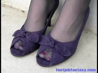 Daisy wearing purple pantyhose and shoes