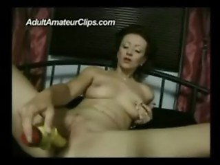 mature amateur lady masturbating with yellow vibrator