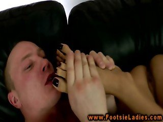 Foot goddess gets feet worship while pussy fucked