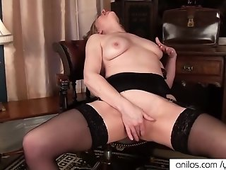 Mature mom makes her pussy cum
