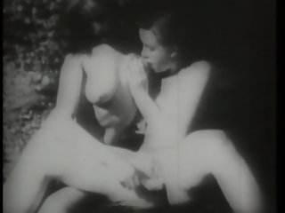 Vintage Lesbians play hide the banana (CLIP)