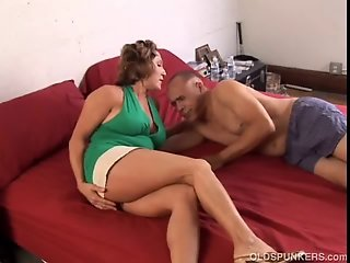Gorgeous mature babe loves to fuck