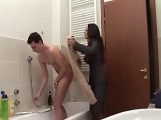 Mother enter in bathroom - italian